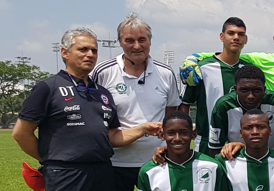 Vor der Praxis: Das Gruppenfoto mit Reinaldo Rueda und Peter Schreiner