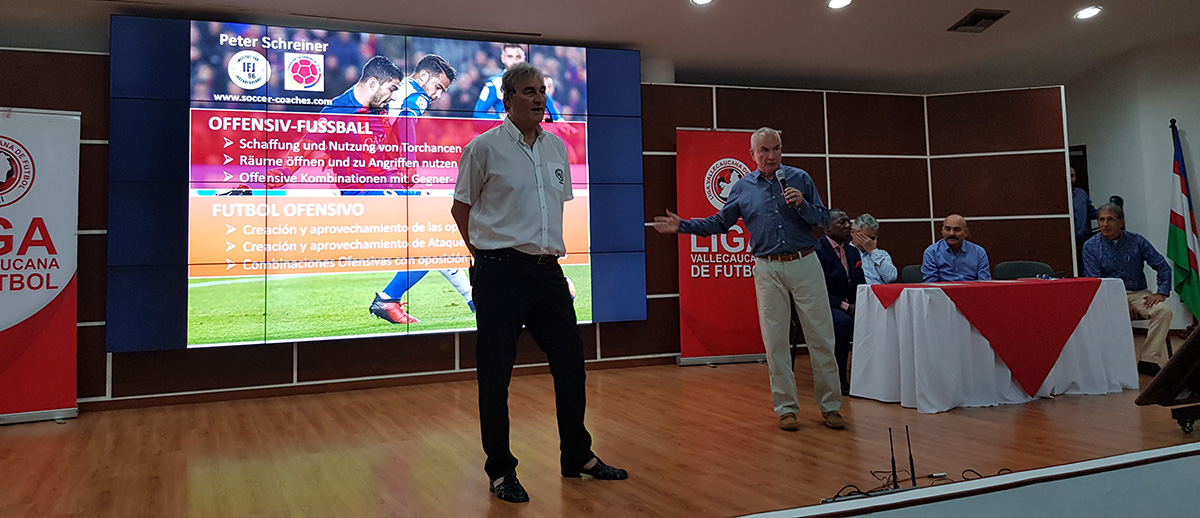 The presentation in in German and Spanisch. The Coaching Point and information Peter Schreiner presents on the stage are transalted to Spanish