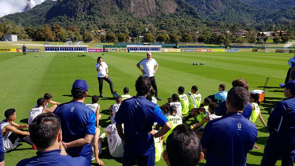 In bright sunshine and pleasant temperatures (winter in Brazil) Peter Schreiner led the practice on the main square of the Brazilian national team with a U19 from Rio. He was perfectly translated by Mariana Lopes.