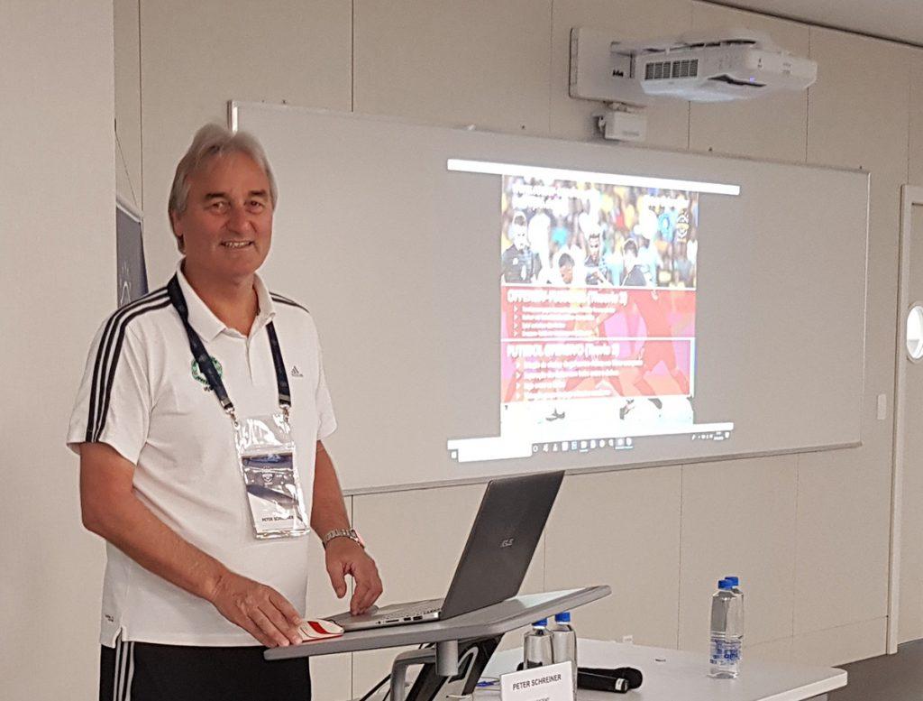 """Peter Schreiner bei seinem Vortrag zum Thema """"Torchancen herausspielen, Schnittstellen-Ball und Kombinationsspiel"""""""