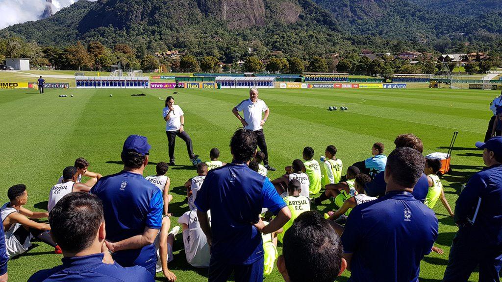 Bei strahlendem Sonnenschein und angenehmen Temperaturen (Winter in Brasilien) leitete Peter Schreiner auf dem Hauptplatz der brasilianischen Nationalmannschaft die Praxis mit ein U19 aus Rio. Dabei wurde er von Mariana Lopes übersetzt.