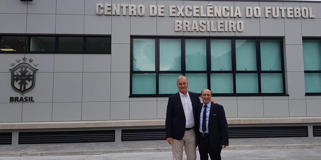 Peter Schreiner hier mit Vertreter der FIFA, Daniel Banales